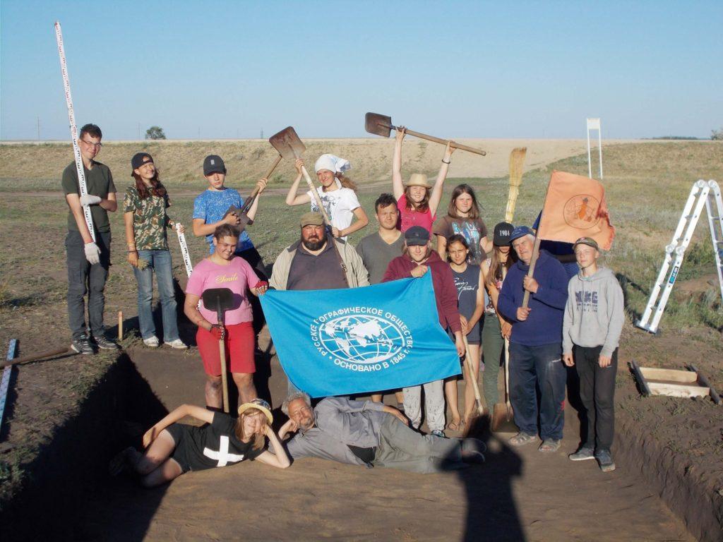 Общее фото команды археологов